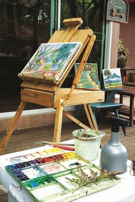 这可不是摆设品,而是老板的画架,这些都是他的作品哦!