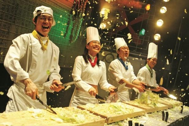 厨师在烹煮食物的过程中,除了展现精湛的刀工,也将各种笑料融合其中,让人不会感觉沉闷。