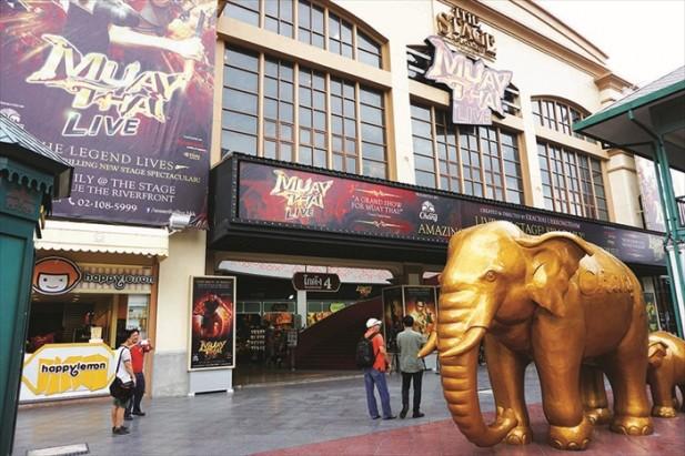 泰拳秀剧场的门口有个巨大的金色大象,非常容易找到。
