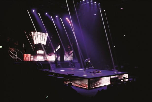 剧场舞台非常华丽,拳手甚至会从屋顶跳跃而下,着实让人捏一把汗。