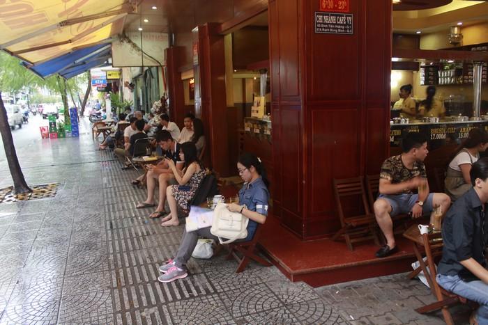 民众可以在街边饮用咖啡,观赏路边街景。