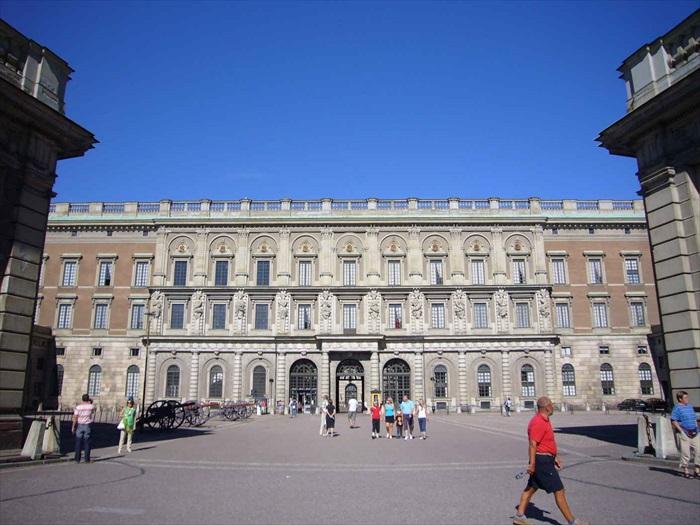 皇家宫殿保存了各种金银珠宝、精美的器皿,以及宫内精美的壁画和浮雕。