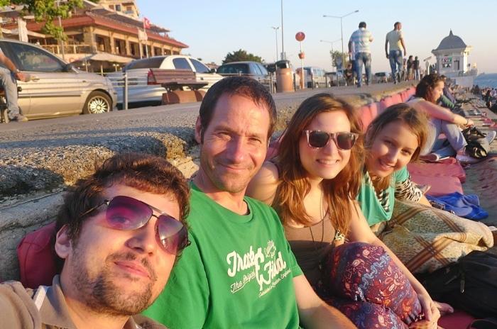 在土耳其的伊斯坦堡和Emre(左)、Sara(左三)以及Ivana(左四)欣赏日出。