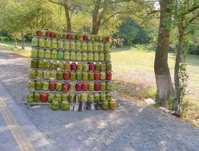 阿塞拜疆路边售卖的瓶装食物。