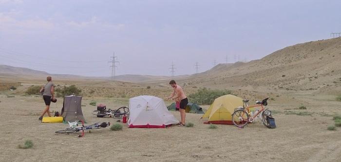 在抵达巴库之前,和其它伙伴找到一流的扎营地点。