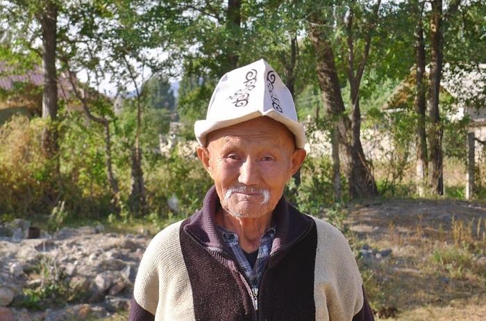 对我们充满好奇、身穿着他们传统服饰的吉尔吉斯斯坦人。