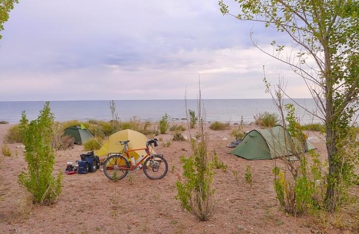 在Issyk Kul畔扎营。