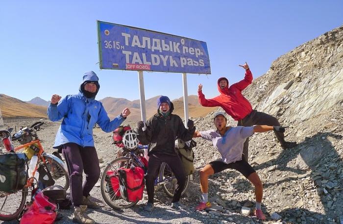马克(左一)和战友们征服了 Taldyk Pass!