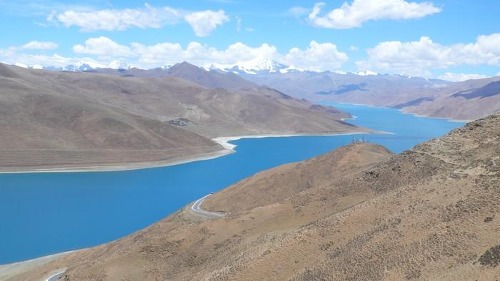 """平静的羊湖,其实是个""""鱼库"""",也是水鸟的栖息地。"""