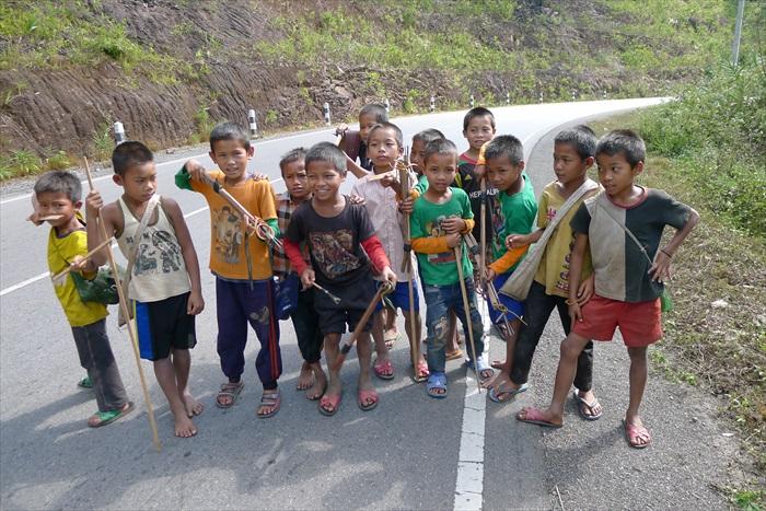 寮国孩童天真的笑颜,占据了照片记忆的一部分。