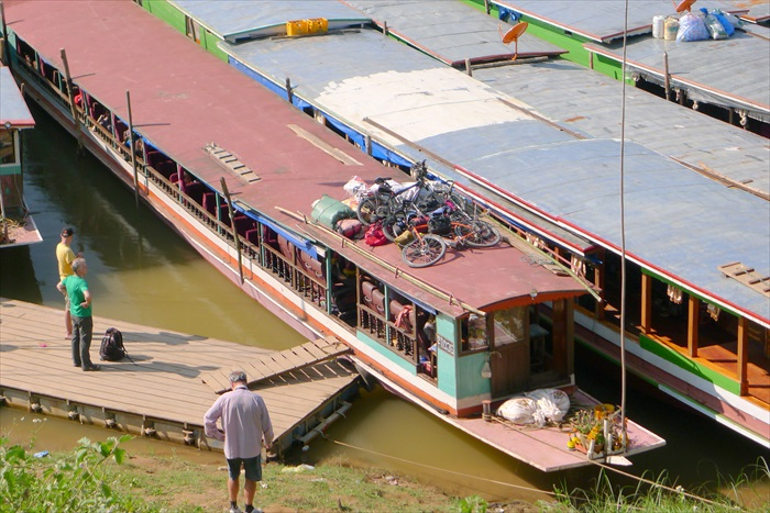 船是人乘坐的,脚踏车只能坐船顶。