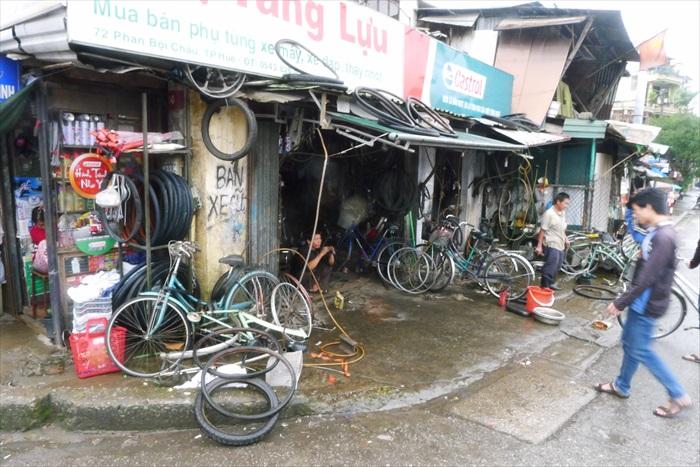 马克每到一个地方,就得寻找脚车店为脚车做维护。