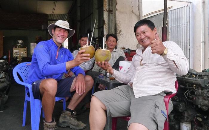 越南的朋友以椰子代酒,干杯!