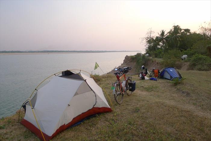 在河边扎营。