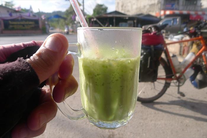 这次是绿色的饮料。马克绝不抗拒能带来能量的甜饮。