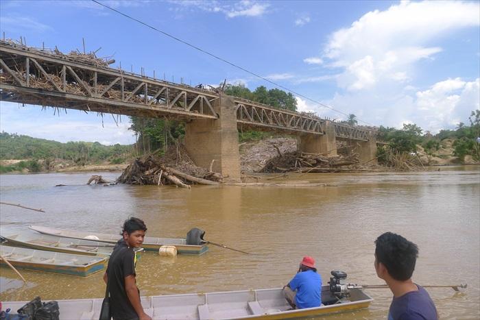 因大水灾而被摧毁的Dabong 大桥(Jambatan Dabong)。