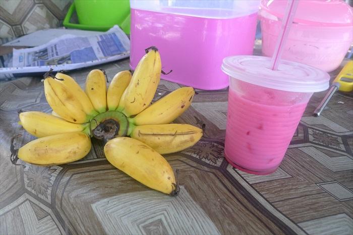 这次是粉色的饮料(Air Bandong),还有补充体力的佳品——香蕉。