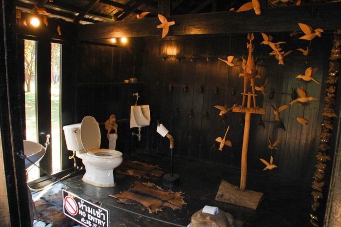 这间独特的厕所,仅供参观不得进入。