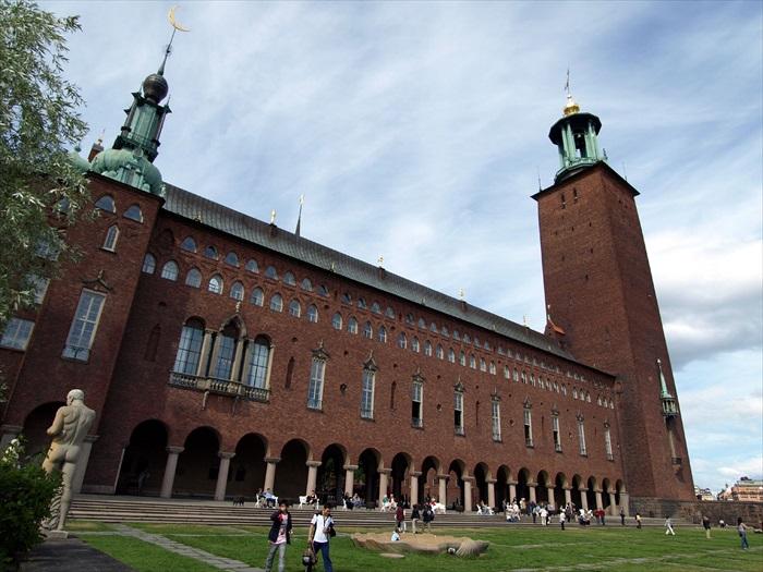 斯德哥尔摩市政厅除了是市政会议的召开地和市府公务的办公地,它也同时是每年诺贝尔各奖杯最终归属的揭晓地。
