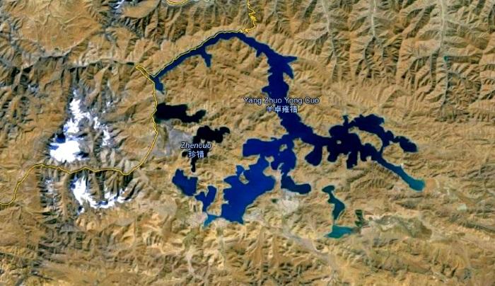"""羊卓雍错在藏语中被称为""""上面的珊瑚湖""""。从谷歌地图上搜索,湖形的确犹如珊瑚的形状。(图片摘自于谷歌地图)"""