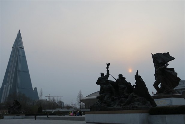 英雄纪念碑铜像处处提醒人民建国的心酸吧;可是城市内的面子工程建筑似乎是人民负担,不解吧?