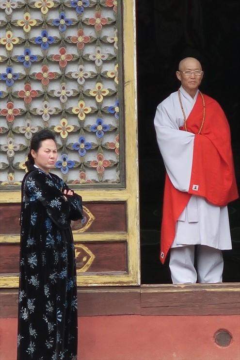 自由宗教信仰的朝鲜;和尚与朝鲜妇人的和谐。