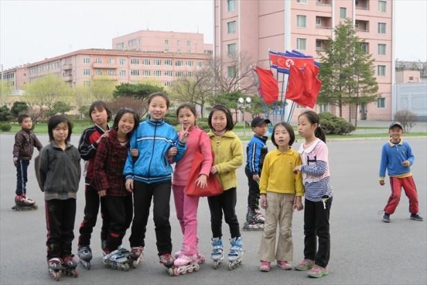 小朋友是朝鲜接触国际社会的使俑者;她们乐意与游客微笑