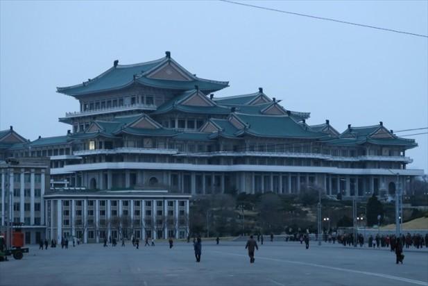 国家读书馆;有总统府的霸气,却建给平民百姓学习的地方,说明朝鲜注重教育。可是主席府呢?