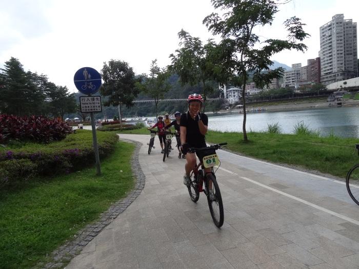 单车车道铺设平整,绝对是骑车的好去处。