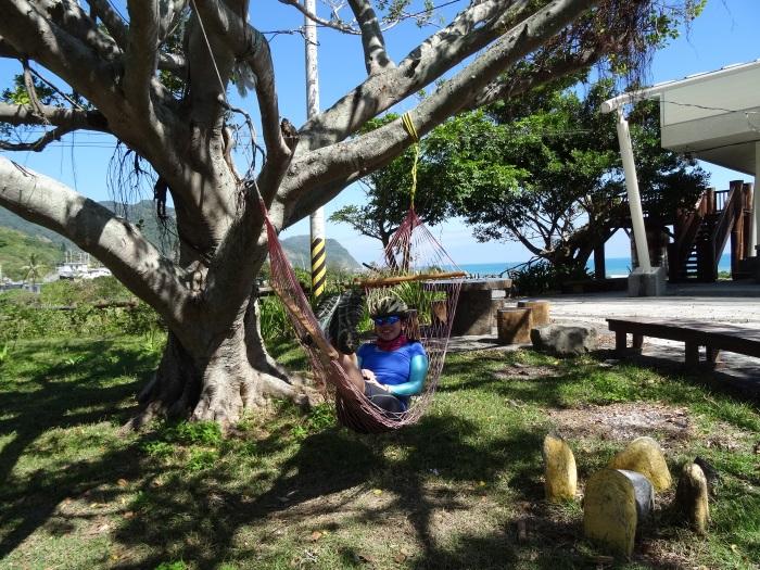 队友躺在小巧的吊床上,享受大树下的荫凉气息。