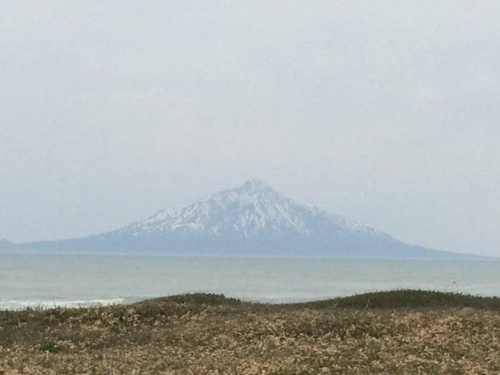 从湿地公园瞭望45公里外的利尻岛利尻富士山;壮观