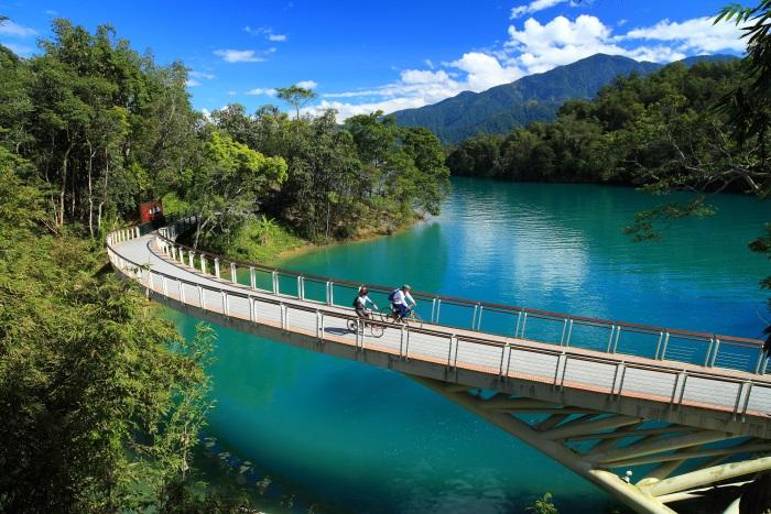 骑过弯曲的永结桥,颜色奇异的潭水在我们的脚下,这种感觉真棒!