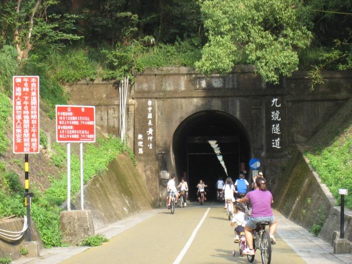 虽然九号隧道很长,但仍吸引许多人来一起挑战脚力。
