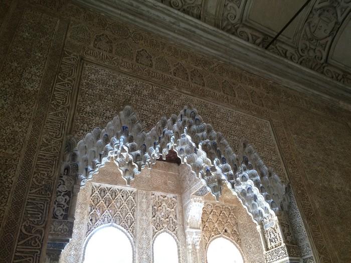 内部设计风格精密,又不失浓郁的宗教文化元素。