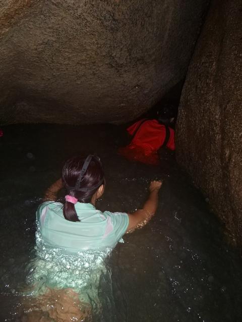 石缝中游泳。
