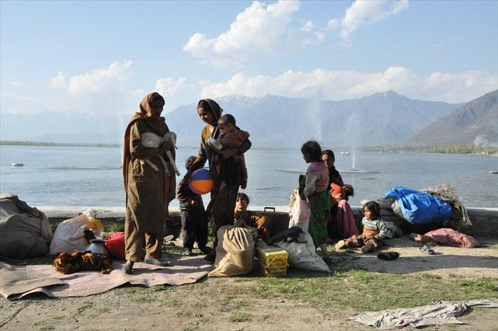 当地人在达尔湖畔,希望不是定居在此。