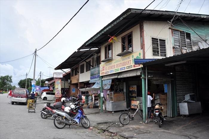 横街的木板店屋见证了这里的发展。