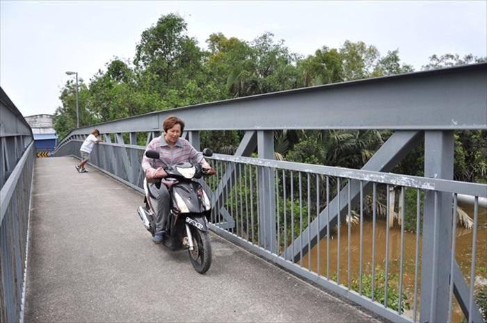 连接Sungai Buloh河的小桥大大方便了两岸居民的通行。