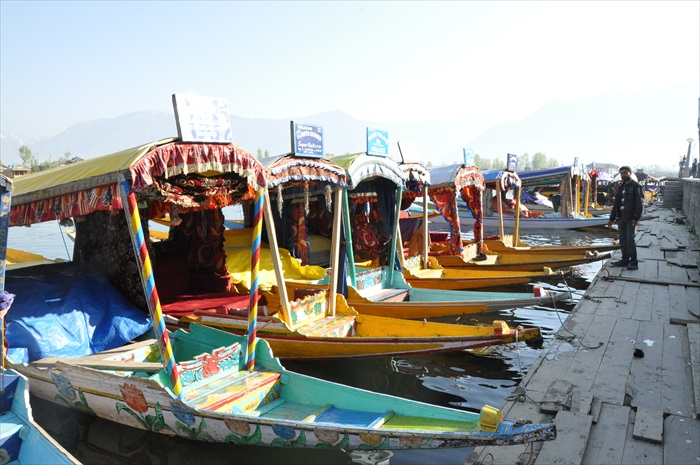 这些设有色彩缤纷的遮阳篷希卡拉船,则主要供游客乘坐。