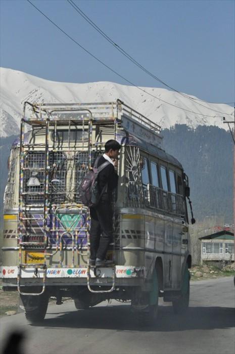 当地载人的货车相当让人震撼,我第一次看到的时候几乎震慑地忘了拍照。