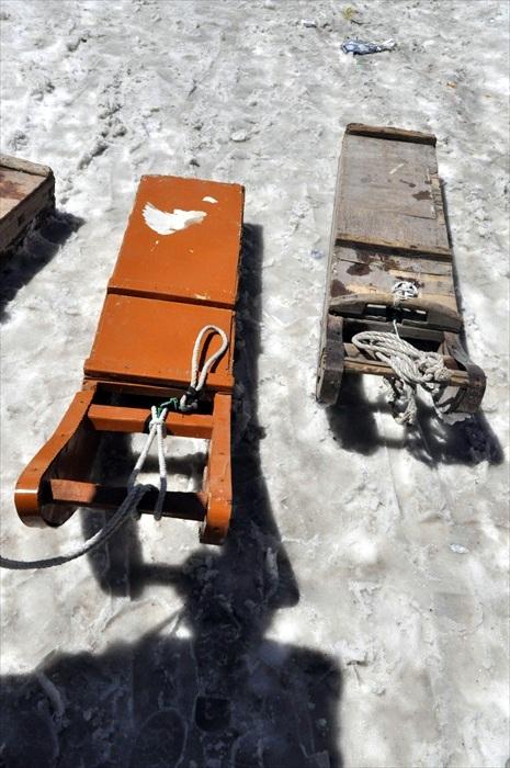在古纳玛格,我们乘坐雪橇到景点去!