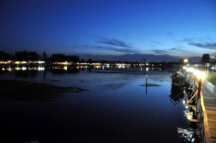 入夜的达尔湖。