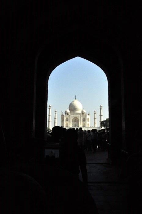 打从大门进入,大伙就可以透过拱门、暗影取各种角度,将壮观的泰姬陵摄入镜头。