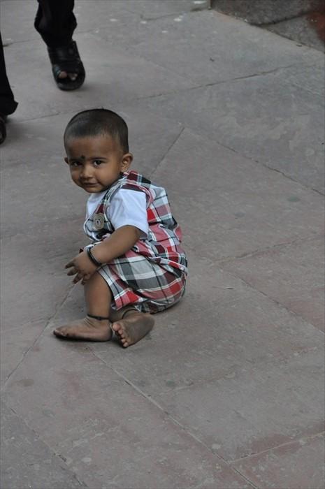 当地人都让小孩赤脚四处跑。