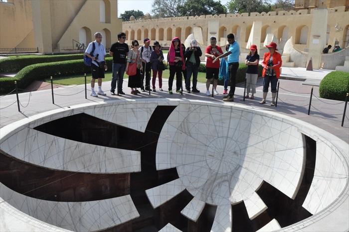 位于杰普尔的印度天象观测所JANTAR MANTAR,展示的是一系列不同的天象观测仪。图中的设置是用以观测十二黄道。