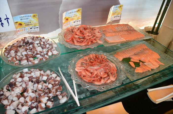 新鲜海鲜满桌,三文鱼还是厚切!