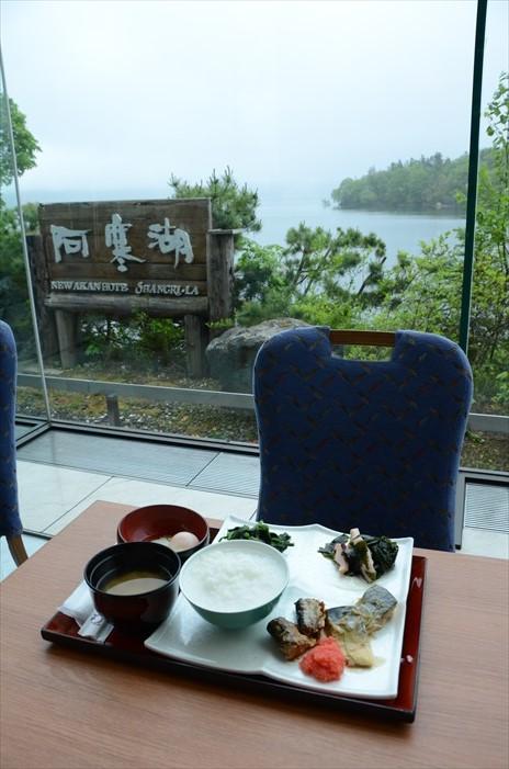 对着阿寒湖享用早餐,感觉一流。