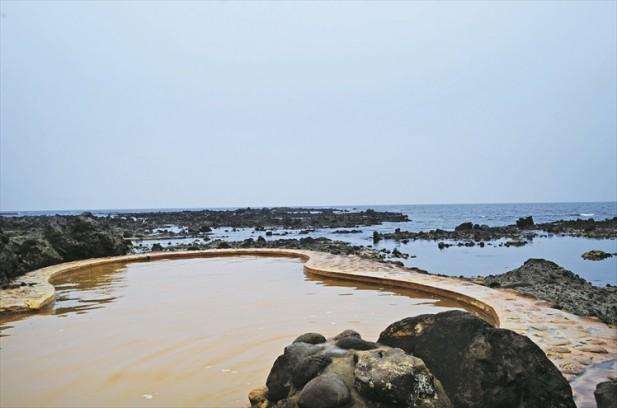 位于海边的温泉,是不是很特别呢?