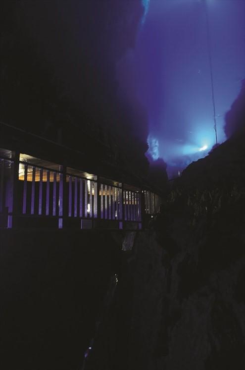 因灯光效果而发出幽幽蓝光的第二地底湖,水深38米。