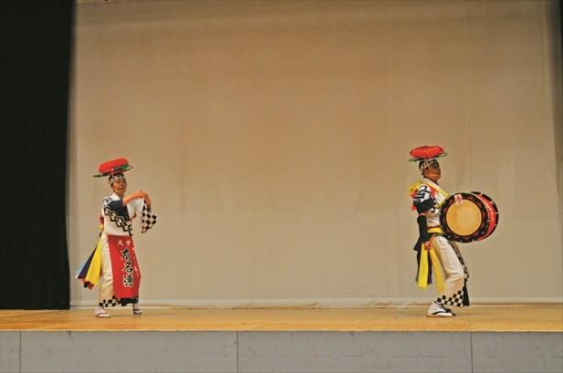 三飒舞的舞蹈繁复但高雅,随着古声及口号不断重复。